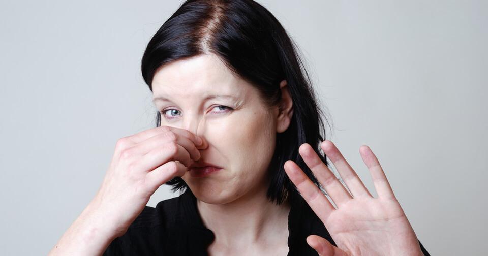 женщина заткнула нос