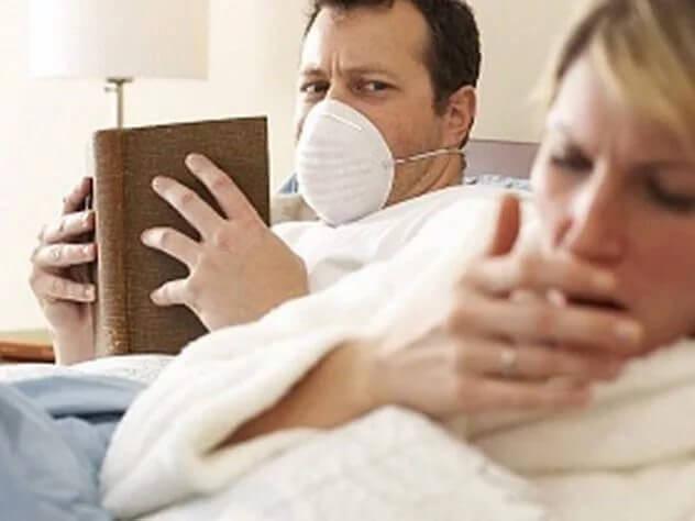 мужчина в маске и женщина кашляет
