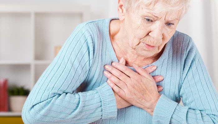 бабушка держится за грудь