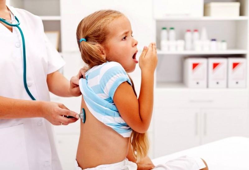 врач слушает у ребенка дыхание
