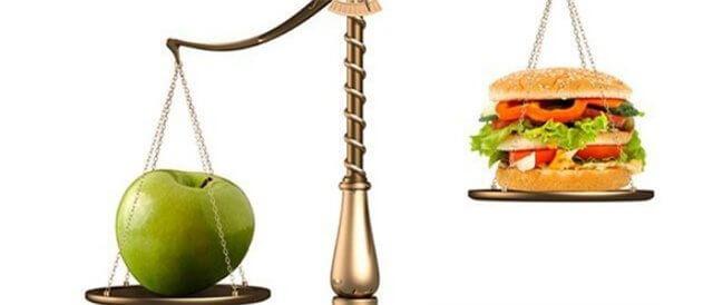 весы с яблоком и фастфудом